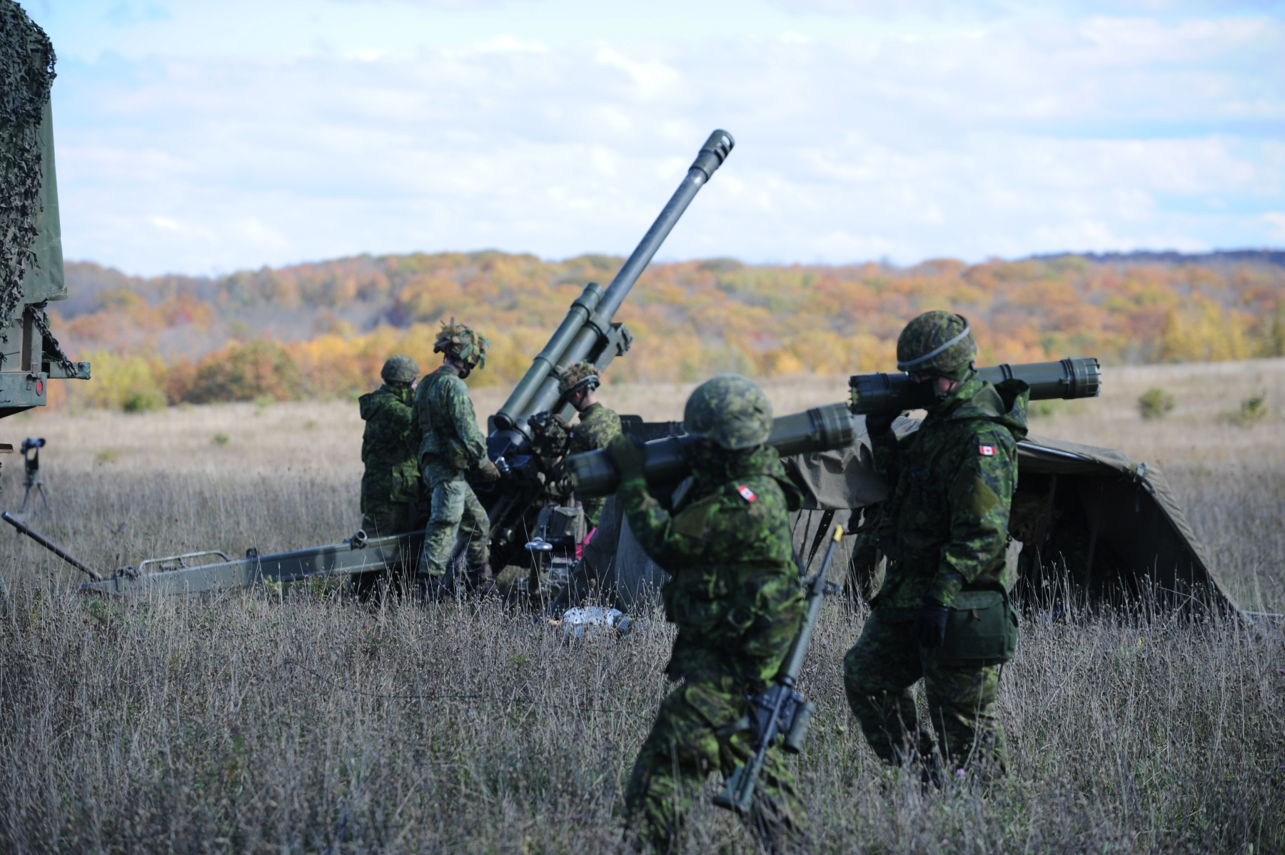Members of the Canadian Army Reserve and Royal Canadian Air Force  participated in Exercise AUTUMN GUNNER on October 17, 2020 at 4th Canadian Division Training Centre in Meaford, Ontario. Imagery: Lt(N) Andrew McLaughlin, Public Affairs Officer, 31 Canadian Brigade Group/Department of National Defence (2020). LX07-2020-017 // Des membres de la Réserve de l'Armée canadienne et de l'Aviation royale du Canada ont participé à l'exercice AUTUMN GUNNER le 17 octobre 2020 au Centre d'entraînement de la 4e Division canadienne à Meaford, en Ontario. Photos : Ltv Andrew McLaughlin, officier des affaires publiques, 31 Groupe-brigade du Canada/ministère de la Défense nationale (2020). LX07-2020-017